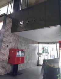 東京事務所への道案内4:ポスト横の入り口から3Fへ